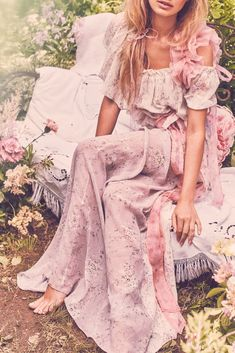 How to Style a Bohemian Maxi Dress Bohemian Style Dresses, Boho Dress, Hippie Dresses, Zooey Deschanel, Pretty Dresses, Beautiful Dresses, 70s Fashion, Fashion Outfits, Hippie Fashion