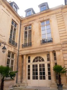 Hôtel du Grand Veneur ou Hôtel d'Ecquevilly (1636) 60, rue de Turenne Paris 75003. Architecte : Michel Villedo.