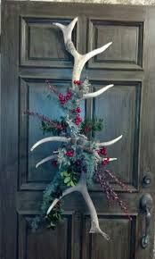 Pretty door decoration, I would of course add some feathers to it. Take a look at these 12 hunting-themed Christmas decorations and start filling your home with the holiday/hunting spirit! Holiday Crafts, Holiday Fun, Holiday Decor, Winter Christmas, Christmas Holidays, Christmas Door, Antler Christmas Tree, Christmas Wreaths For Front Door, Cabin Christmas