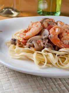 liguini me garides kai manitaria Greek Recipes, Pasta Recipes, Spaghetti, Food Porn, Favorite Recipes, Ethnic Recipes, Kai, Foods, Food Food