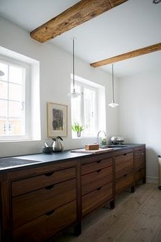 kitchen cabinets: love the wood cabinets and the big drawers for storage of pots/pans Timber Kitchen, New Kitchen, Kitchen Dining, Kitchen Decor, Minimal Kitchen, Minimalistic Kitchen, Kitchen Modern, Wooden Kitchen, Kitchen Styling