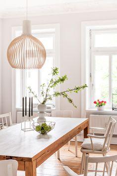 Houten hanglamp in frisse eetkamer - bekijk en koop de producten van dit beeld op shopinstijl.nl