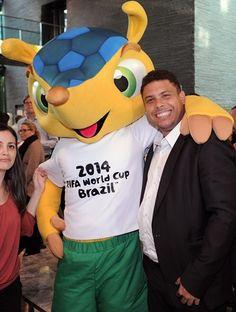 """Fuleco"" & Ronaldo, mascota Brasil 2014. Aprenda Portugués para el Mundial de Brasil 2014.  #WorldCup2014 #Brasil #clasesdeportuguesencasa.es"