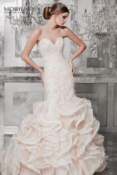 c45a5f7722 Lélegzetelállító sellő fazonú menyasszonyi ruha a Main by Morilee esküvő  ruha kollekciójából kristálydíszítésű hímzéssel, sűrű vízfodrokkal, szív  alakú ...