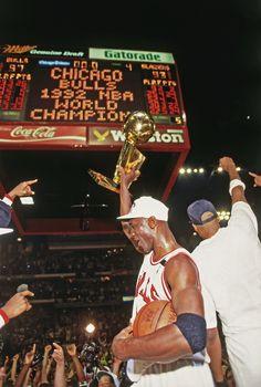 Basketball Art, Basketball Pictures, Basketball Players, Michael Jordan Pictures, Michael Jordan Photos, Nba Pictures, Cool Pictures, Jordan Logo Wallpaper, Urbane Fotografie