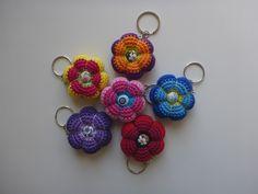 Jetzt gratis einen schönen Schlüsselanhänger in Form einer Blume häkeln. Super für Wollreste + auch als Geschenk eine gute Idee. Leg gleich los damit.