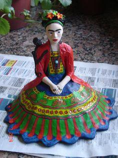 Imagen de Frida Kahlo hecha en papel mache y porcelana fría.