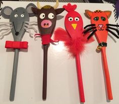The story of 'The little red hen' using spoon puppets. I used a mix of acrylic paint, felt, pipe cleaners, fabric and ribbon. Good fun! These spoons will be used for telling the story to 4 and 5 year olds.
