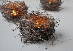 Diese kleinen Vogelnestchen aus Weinranken, vorzugsweise mit LED-Teelichtern, sorgen für eine osterliche und stimmungsvolle Beleuchtung.