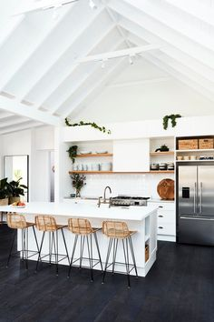 Cuisine ouverte sur salon réussie : 20 astuces - Clem Around The Corner Kitchen Dining, Kitchen Decor, Green Kitchen, Kitchen Ideas, Cocinas Kitchen, Central Kitchen, Modern Farmhouse Decor, Farmhouse Layout, Apartment Kitchen