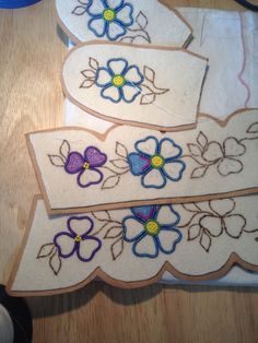 Free Native American Beadwork Patterns - Bing images You are in the right place about Bead Embroider Beaded Flowers Patterns, Bead Embroidery Patterns, Beading Patterns Free, Bead Loom Patterns, Beaded Embroidery, Craft Patterns, Native Beadwork, Native American Beadwork, Beadwork Designs