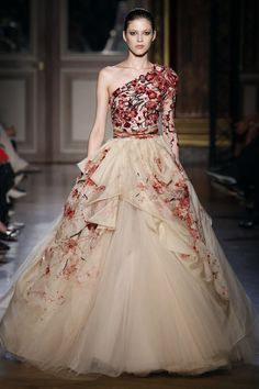 Once again, couture looks to the Far East for inspiration. Zuhair Murad Fall/Winter couture collection was inspired by the Chinese Empress Wu Zetian Style Couture, Couture Fashion, Runway Fashion, Beautiful Gowns, Beautiful Outfits, Gorgeous Dress, Beautiful Flowers, Elegant Dresses, Pretty Dresses
