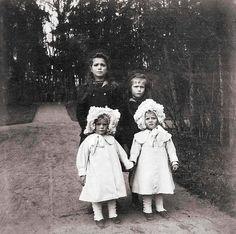 Marija (1899-1918) und Anastasia von Russland (1901-1918) mit ihren kleinen Cousinen Margarita (1905-1981) und Theodora (1906-1969) von Griechenland im Jahr 1908.  #Jugendstil#russia#russland#greece#griechenland#otma#littlepair by beautifuldresses_de