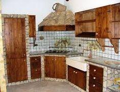 Cucina in muratura rustica, con piano e rivestimento in travertino ...