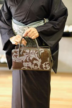 【ダックジュエル利休バッグ/経紬百楽】 着物と言えば・・・。 一つは持っておきたい利休バッグ。仙福屋のバッグづくりでは、着姿の『お太鼓』を常に意識して、念頭に置いて行っています。 今回のバッグは経糸に紬糸を使った袋帯地を使用したもの。 全体に節が通っているのがわかる、風合いも抜群の生地です。 この仙福屋が作る利休バッグ。当初はこの形は止めておいた方がイイ。と言われていました。形が古い、使いにくい、収納が悪い、傷みやすい等など。 スタートはそういう感じでしたので、そこから1つずつ不満を解消し、例えば縫製も洋のバッグを作る職人と制作、一番負担が掛かり生地が弱くなる部分には、革よりもキズに強いダックジュエルを使う。持ち手の長さ等、全体バランスを再調整を行って、古さを感じさせない、また収納も大きさからは想像できない収納量。 そんな工夫を続け、完成したバッグです。 帯屋としては帯地の意匠が活きてくる、それが一番嬉しいですね。