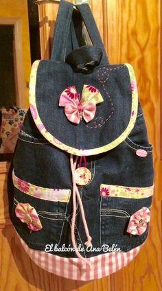 Hoy vengo con esta mochila vaquera que fue otro encargo de los Reyes Magos. Sacs Tote Bags, Backpack Bags, Patchwork Bags, Quilted Bag, Denim Handbags, Purses And Handbags, Mochila Jeans, Denim Purse, Felt Purse