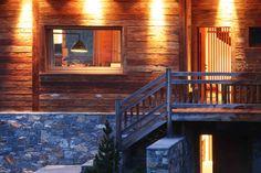 Entrée au Chalet La Vigogne Location Saisonnière, Stairs, Cabin, House Styles, Home Decor, Places, Stairway, Decoration Home, Room Decor