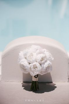 Behold the absolute summer destination wedding at the most breathtaking spot of Santorini: Le Ciel terrace! Chelsea and George, a young and beautiful. Wedding Planner, Destination Wedding, Santorini Wedding, People Fall In Love, Young And Beautiful, Happy Day, Flower Decorations, Elegant Wedding, Red Roses