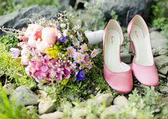 runde brautschuhe in koralle- rosa eingefärbt, bunter brautstrauss aus wiesenblumen und horthensie