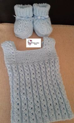 escarpines y chaleco bebes recien nacido tejido a mano Knitting For Kids, Baby Knitting Patterns, Crochet Baby, Knit Crochet, Knitted Baby Clothes, Baby Slippers, Baby Vest, Baby Online, Baby Sewing