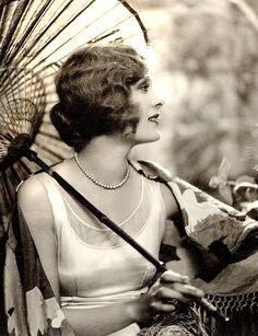 vintag, dolor costello, 1920s style, 1920s fashion, parasol, umbrella, flapper, finger waves, art deco