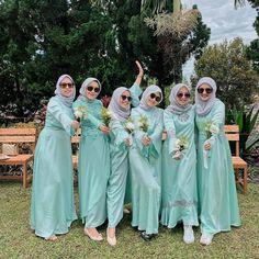 Gambar mungkin berisi: 6 orang, orang berdiri, pernikahan dan luar ruangan Hijab Prom Dress, Hijab Style Dress, Kebaya Brokat, Kebaya Dress, Muslim Fashion, Hijab Fashion, Fashion Dresses, Women's Fashion, Muslim Wedding Dresses