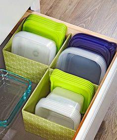 Хранение пластиковых контейнеров на кухне.