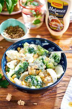 Sałatka z brokuła, kukurydzy i jajek - przepis | WINIARY Pasta Salad, Food Inspiration, Potato Salad, Tasty, Yummy Yummy, Salads, Recipies, Clean Eating, Food Porn