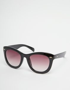 Sunglasses by Pieces Chunky frames Moulded nose pads for added comfort Gradient tinted lenses Taperedarms with curved temple tips for a secure fit Total UV Protection