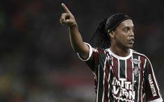 Guardate cosa ha combinato Ronaldinho... A 35 anni passatti l'ex giocatore di Milan, Paris Saint Germain e Barcellona, solo per citare alcune delle squadre in cui ha militato dimostra ancora che ci sa davvero fare. Nel match fra la sua Flum #calcio #ronaldinho #campione