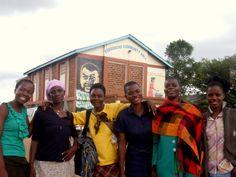 Alice For Women E' una cooperativa sartoriale e artigianale di circa 20 donne, mamme dello slum, sita nella baraccopoli di Korogocho, a Nairobi, in Kenya