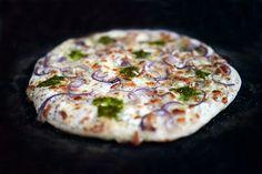 Pizza bianca mit Mascarpone, Pesto und Pinienkernen