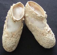 Sweet ivory coloured lace baby shoes having ivory coloured lining.