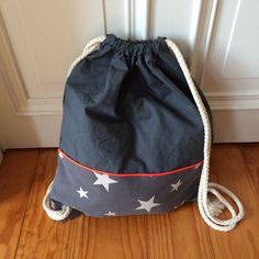 Gym bag – sewing instructions - How To Forge Young Teacher Outfits, Winter Teacher Outfits, Sewing Clothes, Diy Clothes, Textiles, Drawstring Bag Pattern, Sweet Bags, Make Your Own Clothes, Toddler Crafts