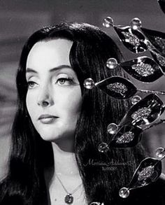 Carolyn Jones as Morticia Addams She's sooo beautiful Addams Family Morticia, The Addams Family 1964, Addams Family Tv Show, Adams Family, Carolyn Jones, The Crow, Lito Rodriguez, Gomez And Morticia, Charles Addams