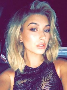Hailey Baldwin's Textured Lob & Smokey Eye At The MTV VMAs