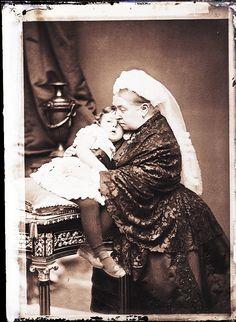 Queen Victoria and Princess Margaret of Connaught [Alexander Bassano Collection] Queen Victoria Family, Queen Victoria Prince Albert, Victoria And Albert, Princess Victoria, Reine Victoria, Kensington, British Royal Families, Princess Margaret, British History