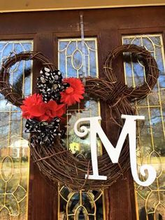 Hottest Pics Grapevine Wreath disney Strategies Currently have you've made an autumn wreath nonetheless? Were you aware which you can use precisel Casa Disney, Disney Diy, Disney Crafts, Disney Ideas, Disney House, Disney Stuff, Mickey Mouse Wreath, Minnie Mouse Christmas, Christmas On A Budget