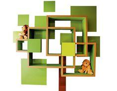 Estrutura de MDF, acabamento de laca fosca e adesivo vinílico (tronco e quadrados) fazem a estante Árvore (1,20 m x 20 cm x 90 cm*). Da Um Quarto de Gente, a partir de 1,5 mil reais.
