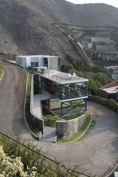 Interesting Mirador House by Architects // You may find amazing architecture anywhere you go. What about Lima, Peru? In Lima Architects designed a simple, but modern piece of architecture called the Mirador House. - Home Decoratings Architecture Design, Beautiful Architecture, Residential Architecture, Contemporary Architecture, Landscape Architecture, Computer Architecture, Contemporary Interior, Design Exterior, Casas Containers