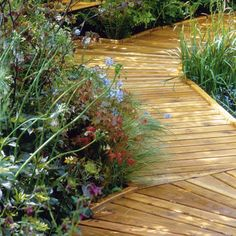 How to lay a timber boardwalk in the backyard. | Handyman Magazine | #DIY #deck #landscape