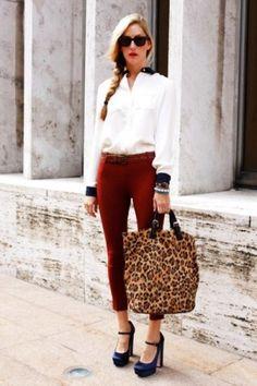 повседневный лук с яркими брюками