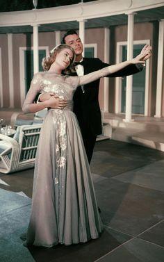 Grace Kelly Mode, Grace Kelly Style, Princess Grace Kelly, Grace Kelly Fashion, 1950 Outfits, Grace Kelly Dresses, Liberty Scarf, Grey Blue Dress, Glamorous Evening Gowns