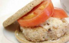 Hamburger di pollo - Ecco per voi la ricetta per preparare gli Hamburger di pollo, veloci e buonissimi perfetti come alternativa alle polpette classiche ma anche al petto di pollo alla griglia.