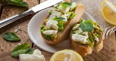 Recette de Tartine à la purée d'avocat, au citron, au fromage frais et à la menthe pour collation salée spéciale chrononutrition.