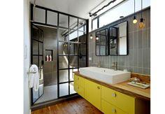 Inspiração do dia: Banho de sutilezas #decor #bath #yellow #industrial #wood