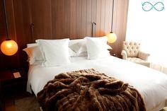 The London Edition : Hôtel Londres - intobloo.com #room #hotelroom #deco #decoration #decor #interior #hotel #travel #travelblog #blog #voyage #fur #blanket #bed #chair Fur Blanket, Room Inspiration, London, Chair, Decoration, Bed, Interior, Travel, Furniture