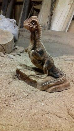 Baby dinosaur chainsaw carving by Valerij Kunigel