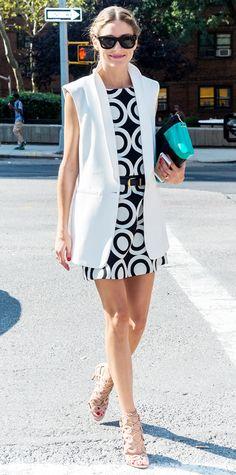 Olivia Palermo look verão vestido estampado e colete branco