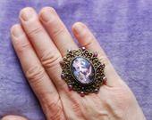 bague réglable médaillon métal bronze travaillé cabochon verre bombé image Marie-Antoinette pailletée strass vintage irisés : Bague par lericheattirail